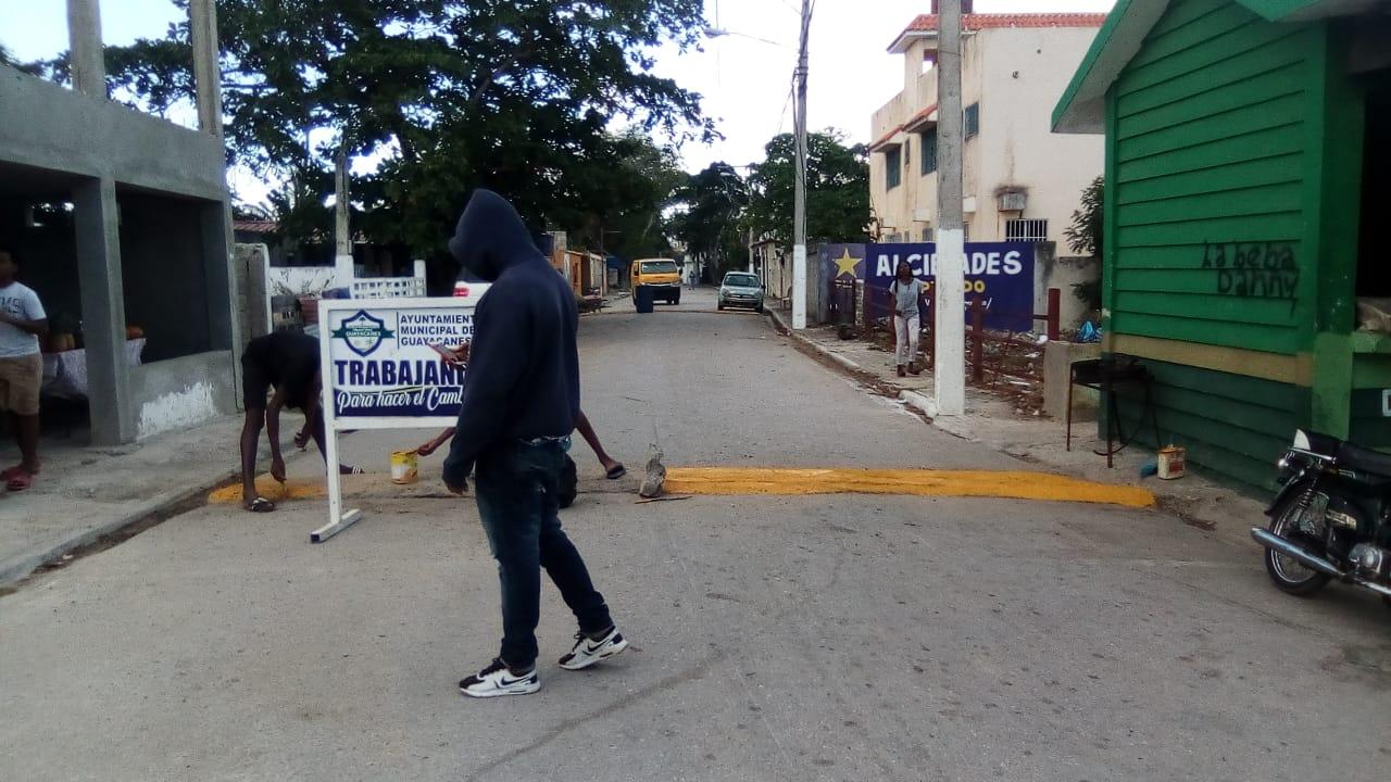 """Operativo de remozamiento y acondicionamiento de badenes (""""policías acostados"""") en el casco urbano"""